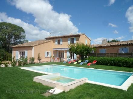 Villa piscine priv e piscine avec jacuzzi et d bordement for Portable piscine assurance