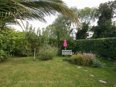Bastide piscine priv e au coeur du village argilliers for Bastide au jardin secret