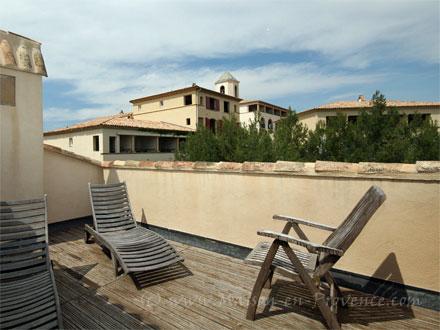 Appartement piscine au coeur du village du domaine de for Toit terrasse location marseille