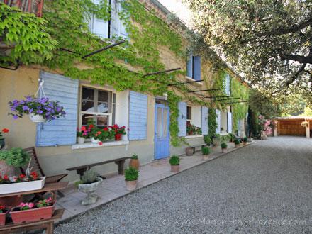 Maison en provence mas pertuis vaucluse for Entretien jardin pertuis