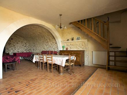 Location mas en pierre caseneuve vaucluse ref m1265 for Salle a manger en pierre