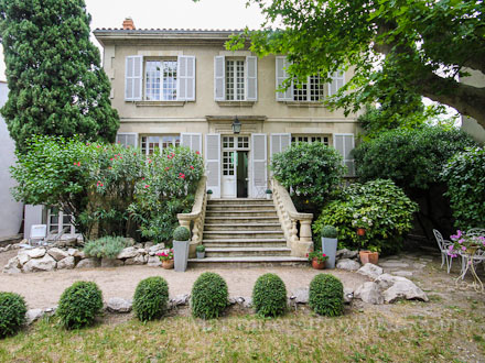 Holiday detached house house with garden in the center of for Maison avignon
