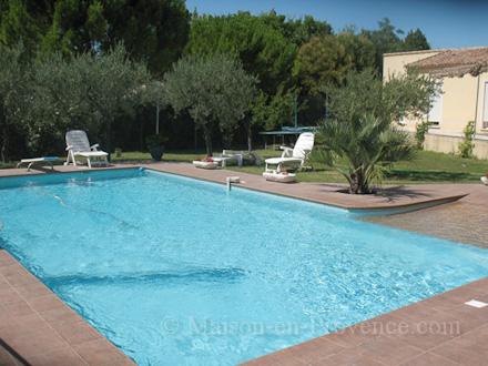 Villa piscine priv e aigues vives gard location de for Piscine voves