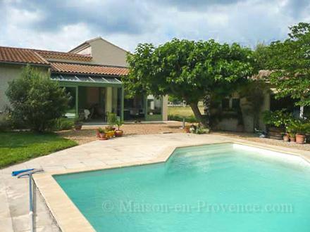 villa piscine priv e l 39 isle sur la sorgue vaucluse location de vacances n 1503 par. Black Bedroom Furniture Sets. Home Design Ideas