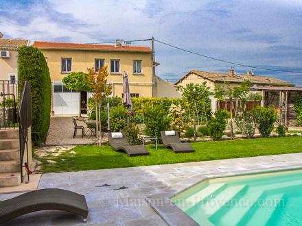 Appartement piscine au coeur du village ch teauneuf for Chateauneuf de gadagne piscine