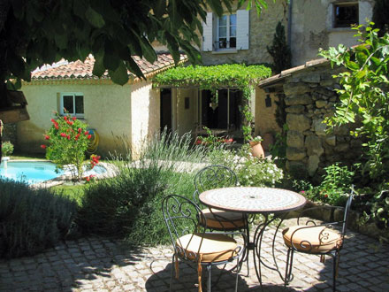 Holiday village semi deteched house private pool inside for Maison de provence decoration