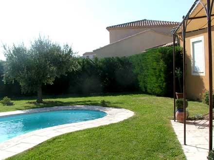 Villa piscine priv e au pays des sorgues et des monts de for Jardin pour villa moderne