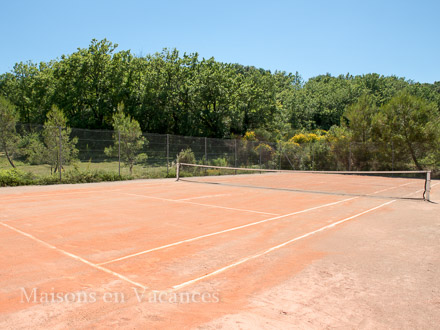 Le court de tennis de la location de vacances Mas à Martignargues ,Gard